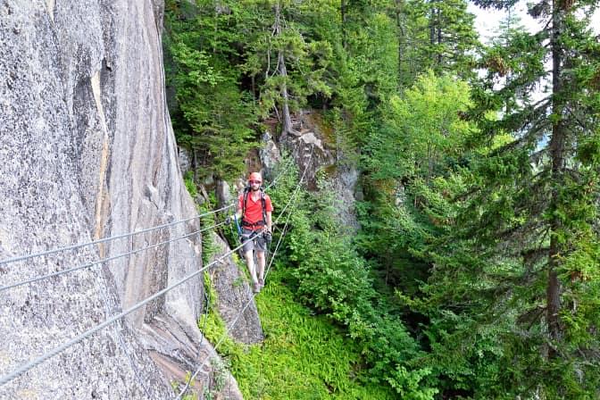 Guide sur la paroi de la via ferrata au Parc national du Mont-Tremblant