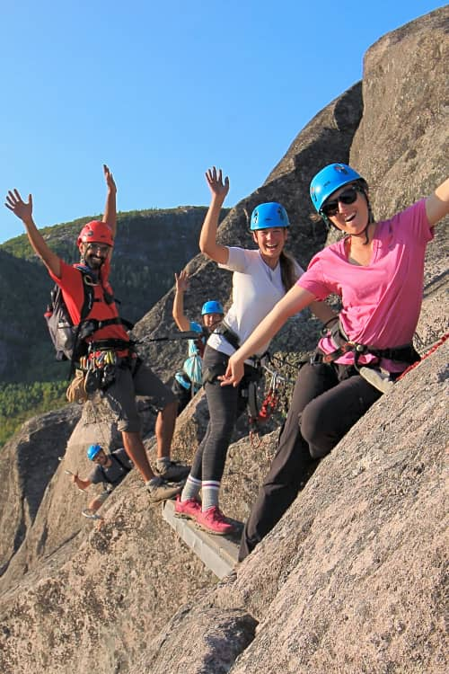 Photo de femmes sur parours de via ferrata au Parc national des Grands-Jardins