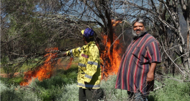 Ngadju Conservation coordinator Les Schultz during a traditional burn. . Credit: Suzanne Prober, CSIRO