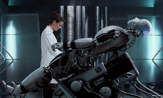 Bridget Moynahan and Alan Tudyk in I, Robot (2004)