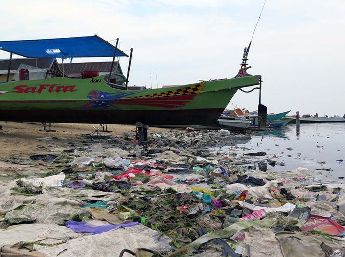 Plastic trash: the new threat for coral reefs worldwide