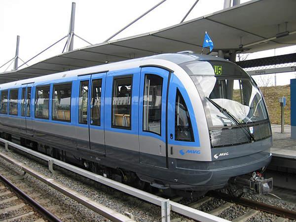 Изображение выглядит как поезд, трек, транспорт, небо Автоматически созданное описание