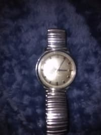 Vintage accutron 214 mens watch , Luxury Watch, Buliva accutron 214, I believe its from the 60's, it has new battery but needs a professional cleaning, stainless band and gold facing .