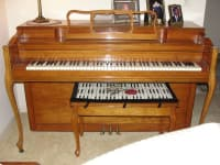 Piano, Beautiful Kohler & Campbell Pecan Piano, Like new