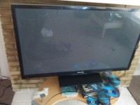flat screen Samsung, Electronics, plasma pn61e450a1f, 51 it have a very small crack At the bottom still com on u can't realm see it or when the TV on