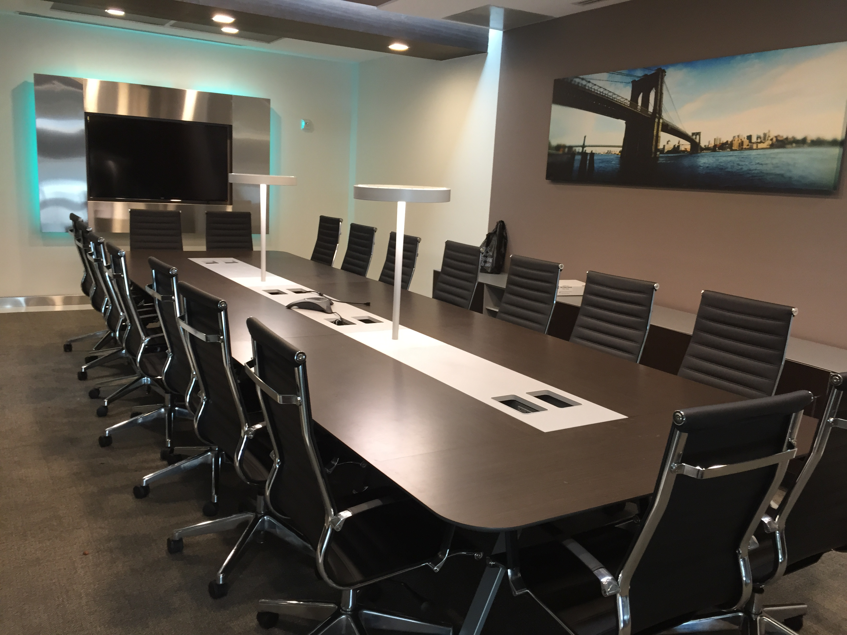 Credenza Conference Room : Large midtown glass conference room for 20 meeting d new york