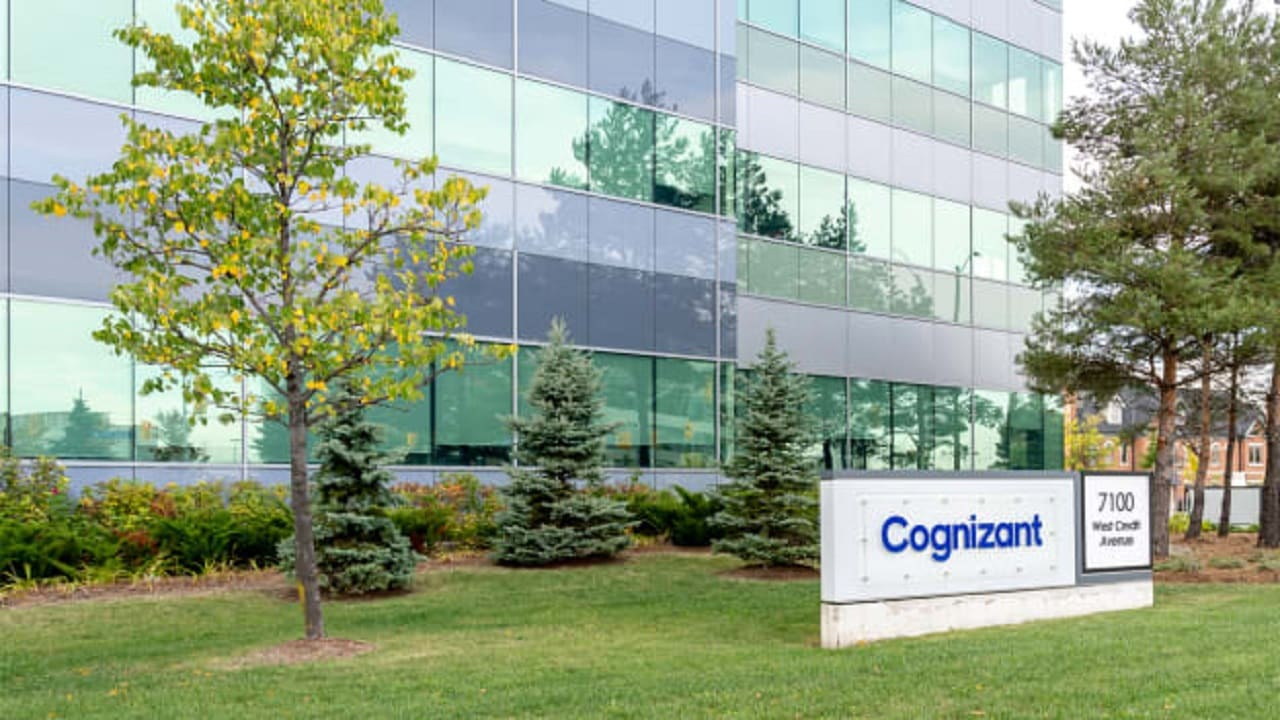 Cognizant links top executives' pay to its share performance