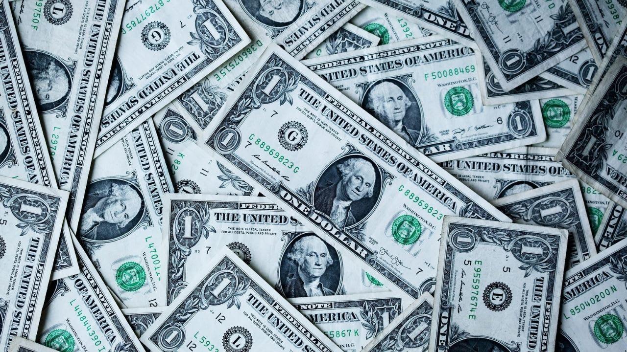 Spanx CEO surprises staff with US$10K bonus