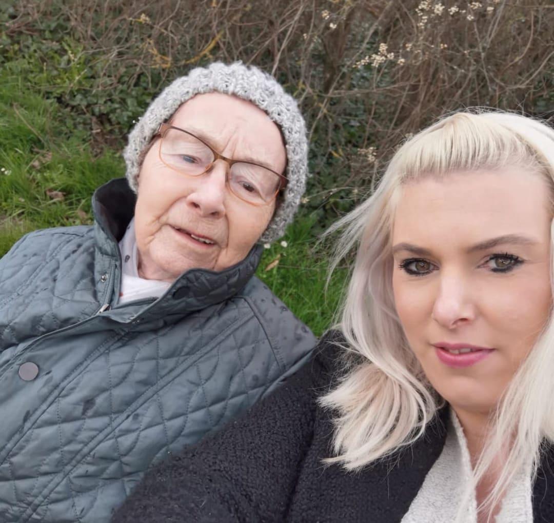 """""""Pflegix ist ein Glücksgriff"""": Bernhard Wiedmann findet trotz 550 km Entfernung eine Alltagshelferin für seine Schwiegermutter"""