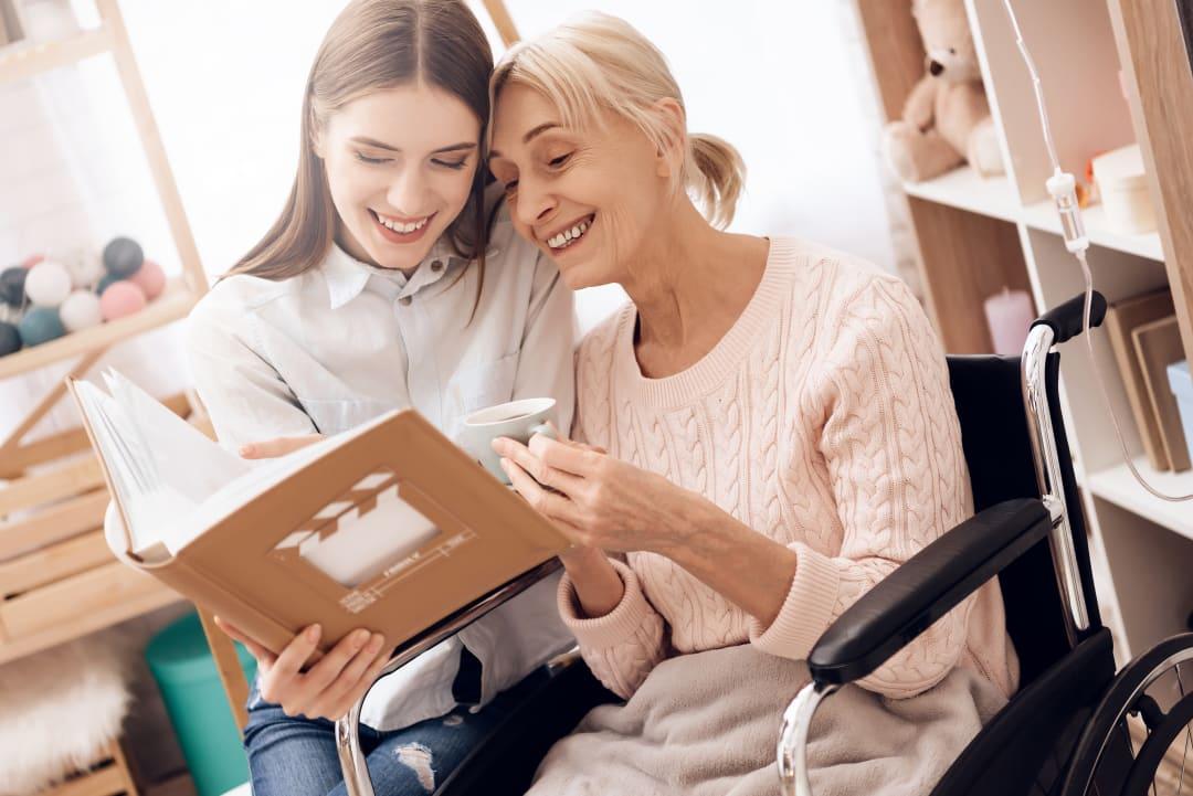Seniorenbetreuung zu Hause: So gelingt die Versorgung in den eigenen 4 Wänden