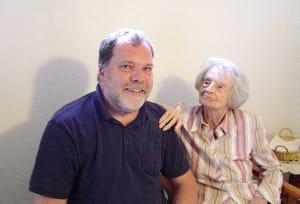 Betreuung im Alltag: Tatkräftiger Alltagshelfer unterstützt Münchnerin zum 99. Geburtstag