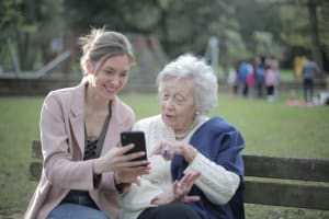 Pflege eines Angehörigen trotz Fulltime-Job: So gelingt die Vereinbarkeit von Familie und Beruf