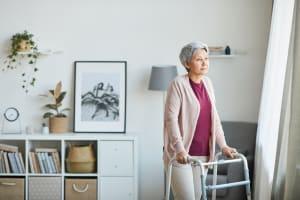 Sturzgefahr im Alter: So vermeiden Sie gefährliche Stolperfallen im eigenen Zuhause - 5 Tipps