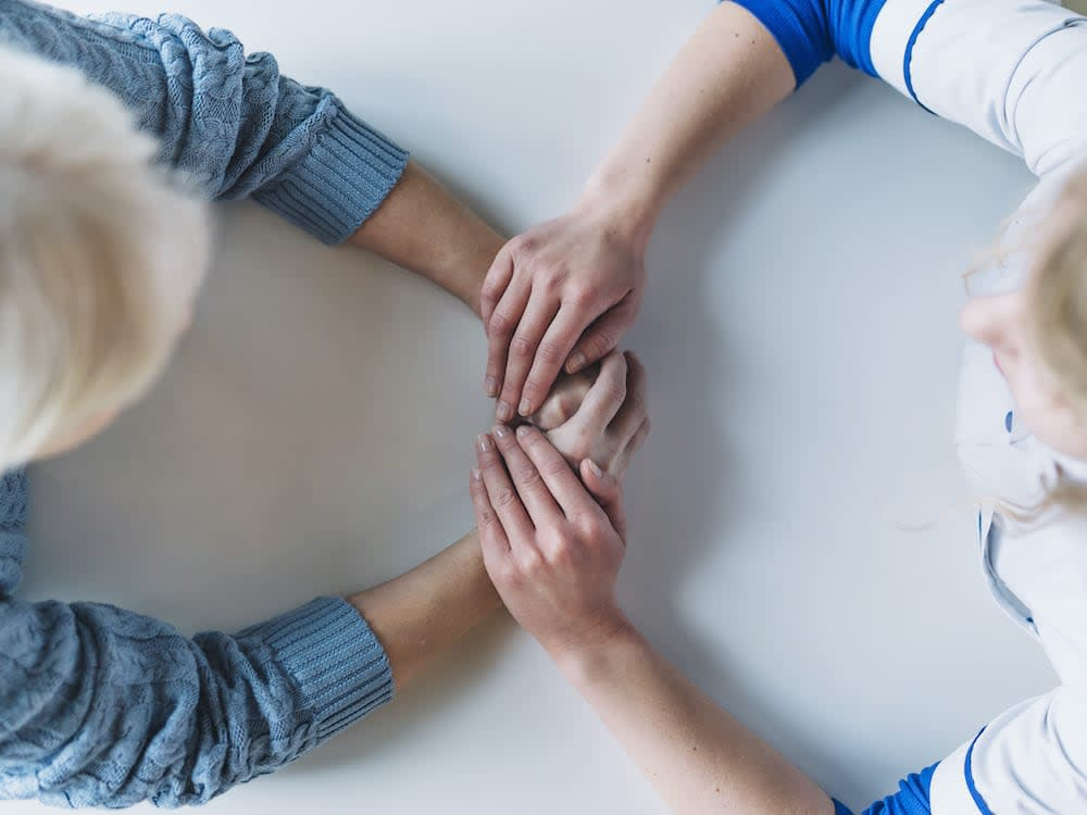 Pflegehilfe von Pflegix unterstützt ältere Frau