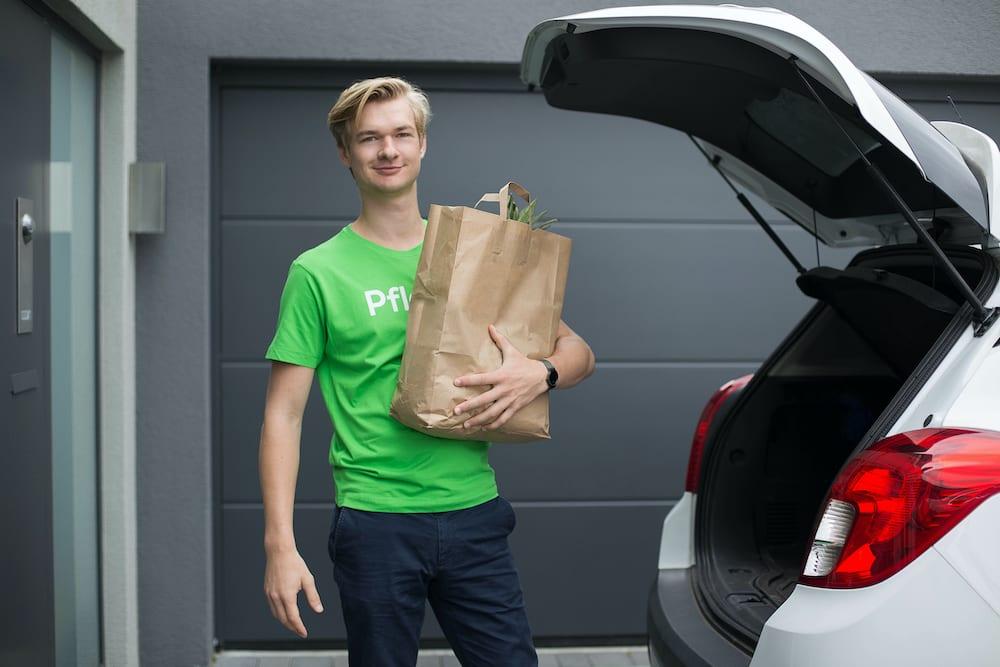 pflegix-helfer-traegt-einkaufstasche