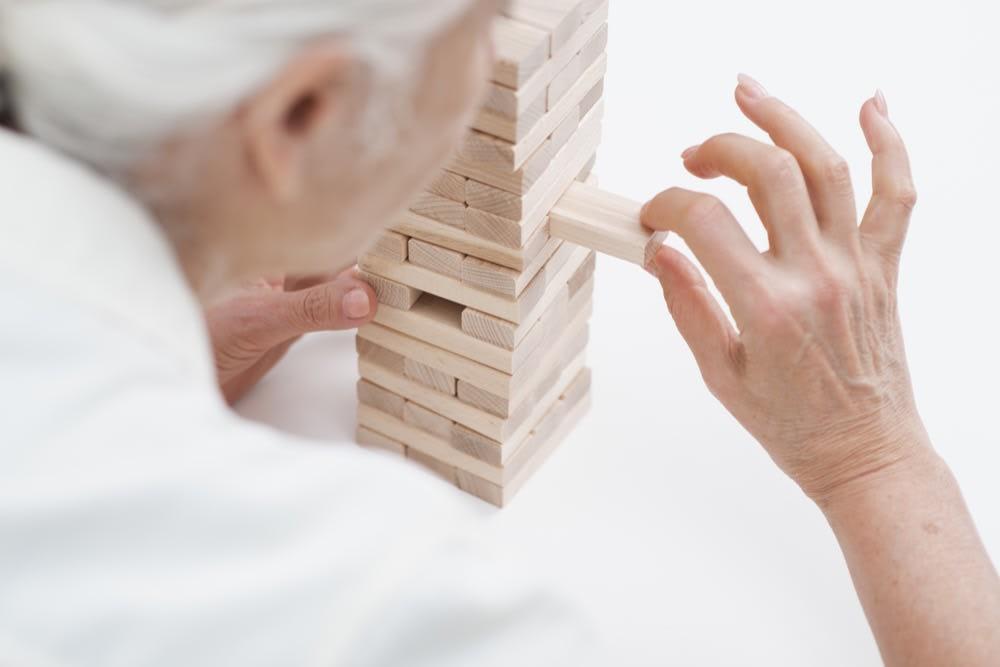 seniorin-spiel-jenga-mit-stundenweise-seniorenbetreuung