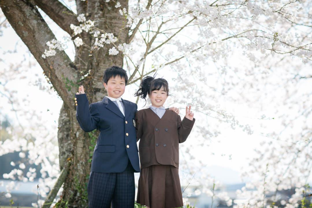 桜の下で仲良し兄妹と