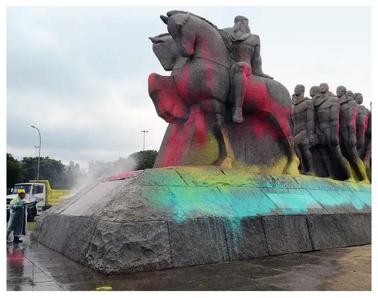 Quem contesta os monumentos?