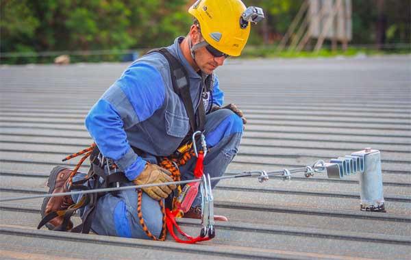 Como avaliar se uma linha de vida para telhado suportaria uma queda?