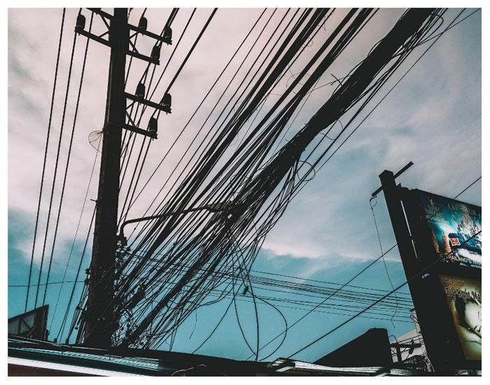 Por que tantos fios e cabos nos postes?