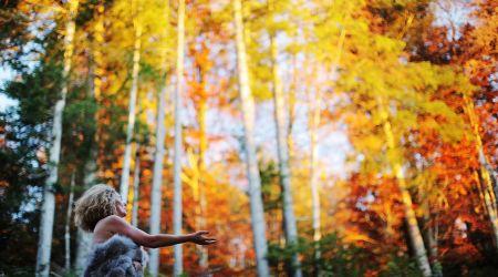 Portrait de femme : son histoire, sa résilience célébrée dans la nature