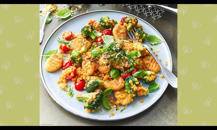 Rezept für gebratene Kartoffel-Gnocchi mit Brokkoli, Tomaten und Linsen   Rezepte Veganismus vegan