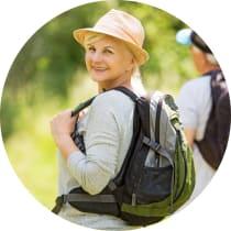 Bild: Frau auf Wanderung mit Sonnenhut