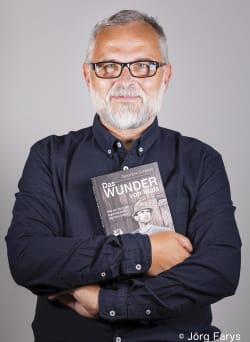oekom-Autor Alexander Schiebel mit seinem Buch »Das Wunder von Mals«