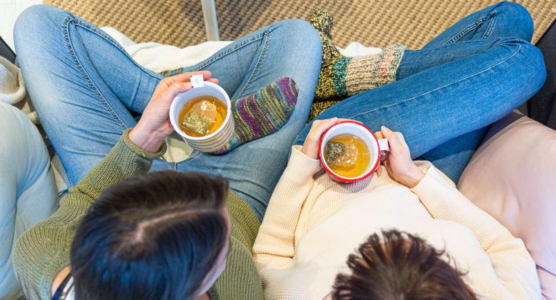 Freundinnen Frauen Tee trinken Sofa