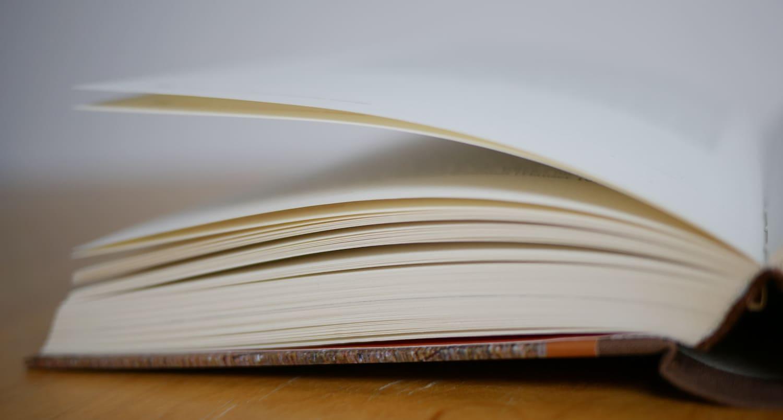 Aufgeschlagenes Buch aus Recyclingpapier
