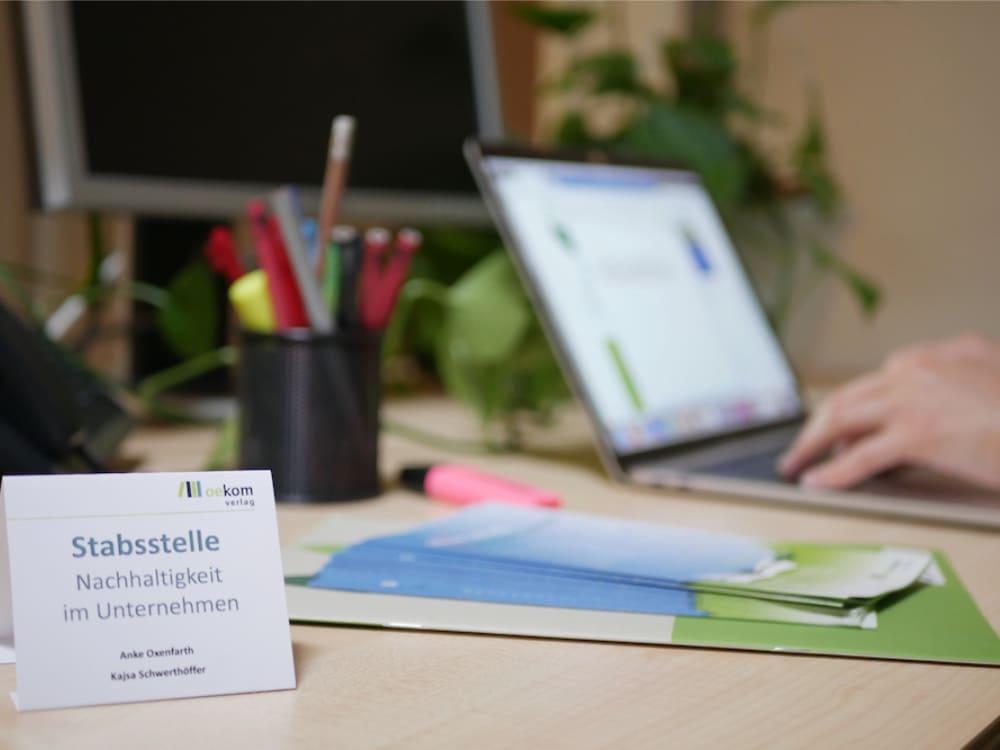 Schreibtisch der Stabstelle Nachhaltigkeit im oekom verlag