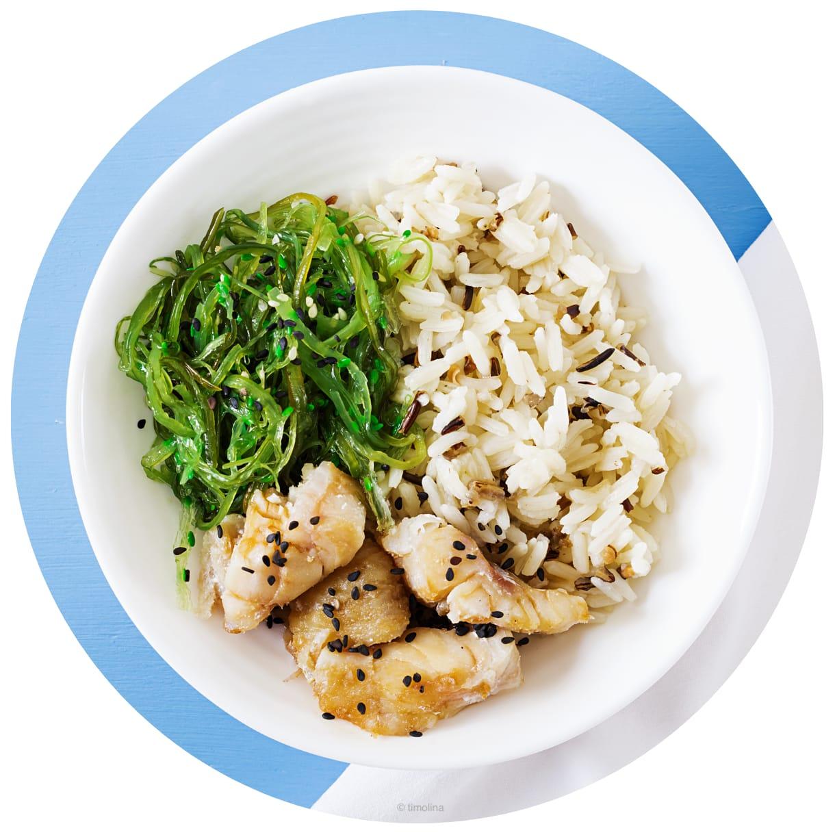Schüssel mit Algen, Garnelen und Reis
