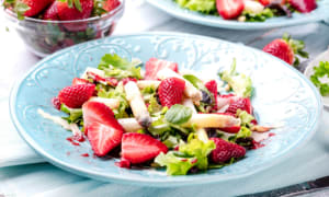 Frühlingssalat mit Spargel, Erdbeeren und Rucola