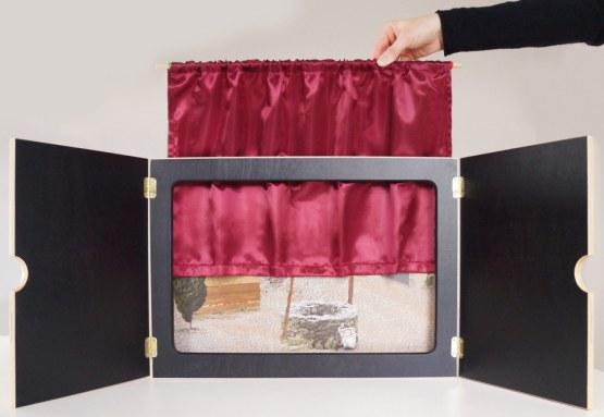 """Vorhang """"Mein Kamishibai"""" aus rotem Satin, geschmeidig und hochglänzend: Sorgt für authentische Theateratmosphäre oder Kinoflair"""