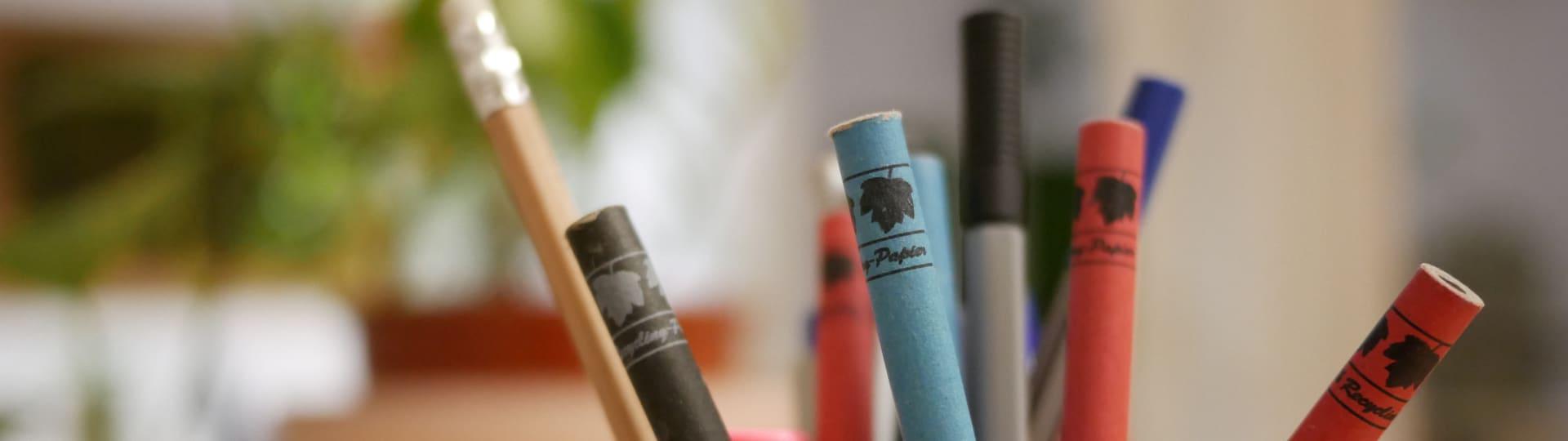Nachhaltiger Verlagsalltag mit Stiften aus Recyclingpappe und Holz