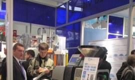 A. Schulman pokazuje folię InVision na targach K 2007