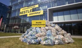 Greenpeace przywiózł Nestlé 350 kg plastikowych śmieci