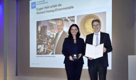 Eugen Hehl otrzymuje nagrodę za całokształt działalności