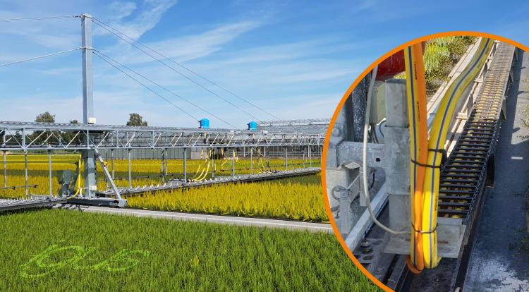 e-prowadnik z rolką w rynnie prowadzącej zapewnia bezpieczne prowadzenie przewodów i węży w wózku do precyzyjnego nawadniania.