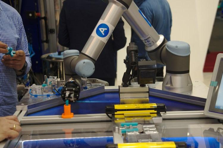universal-robots-na-stoisku-mapro