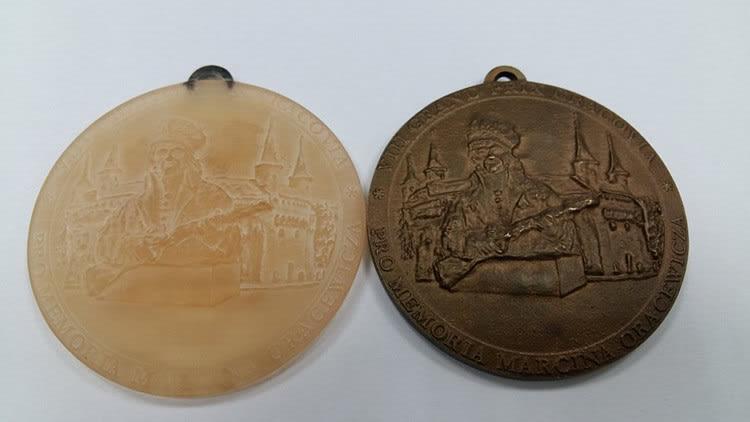 medal z żywicy i medla z brązu