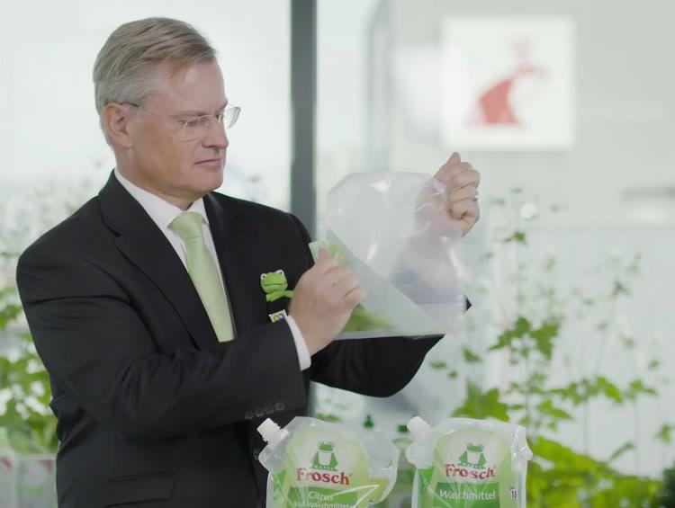 """Reinhard Schneider, Geschäftsführer Werner & Mertz, """"entkleidet"""" den Frosch Beutel."""