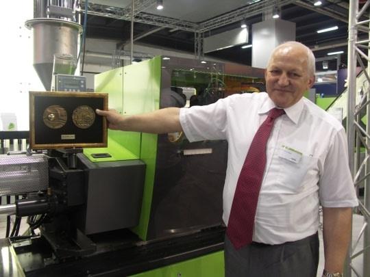 Jan Andrzejak z medalem targów Plastpol za wtryskarkę Engel e-max