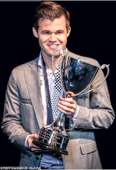 Magnus Carlsen holding trophy