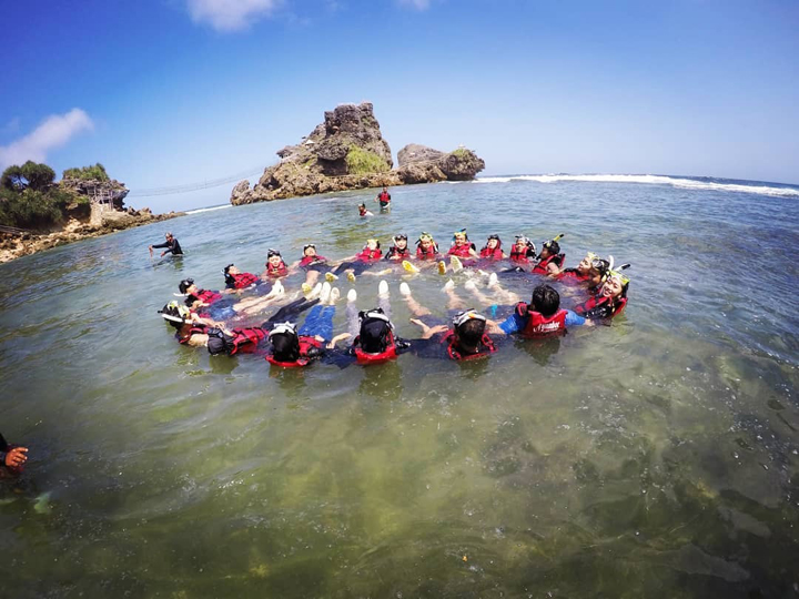 snorkeling tour with your friends