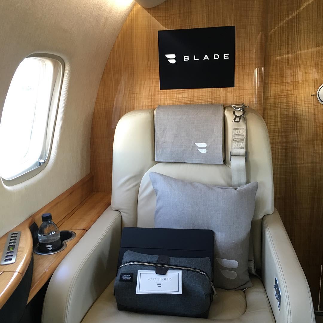 Blade airplane seat