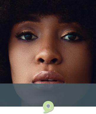 Mulher negra olhando com pensamento questionador
