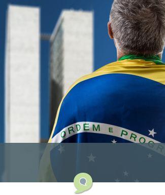 Brasileiro com a bandeira em frente ao Congresso Nacional
