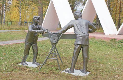 Памятник  «У первой сосны…» в Качканаре.