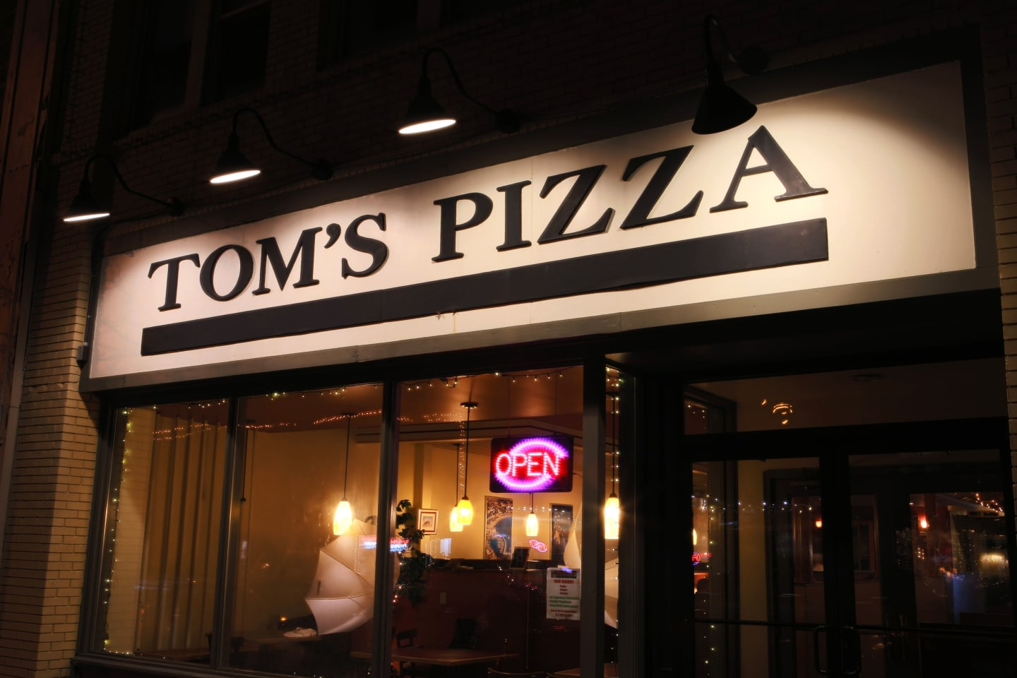 outside toms pizza